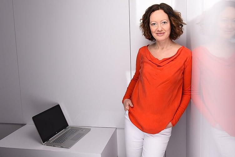 Kreative-1-Frau Agentur aus Hannover. Claudia Germer entwickelt seit 30 Jahren Lösungen die wirken für das Marketing. Sie ist Webdesignerin, Grafikdesignerin, und crossmediale Denkerin von Kopf bis Fuß.
